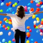 Frau mit Luftballonen