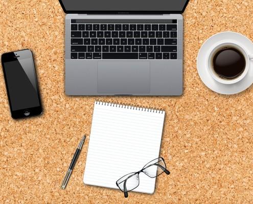 Laptop, Kaffeetasse, Blog auf Schreibtisch
